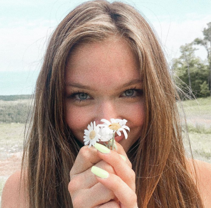 Signa okeefe holding flowers on hand