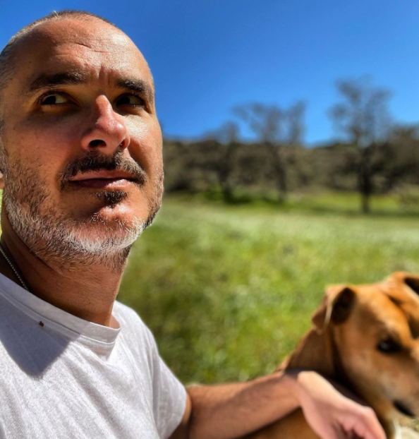 Zane lowe clicking photo with his dog