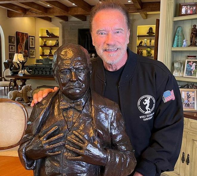 Arnold schwarzenegger posing with statue