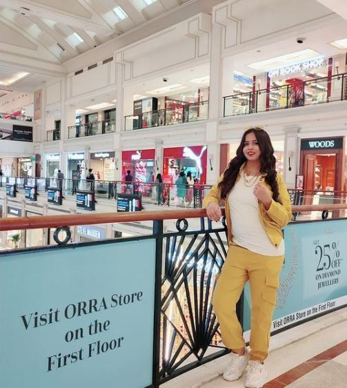 dhinchak pooja in a mall